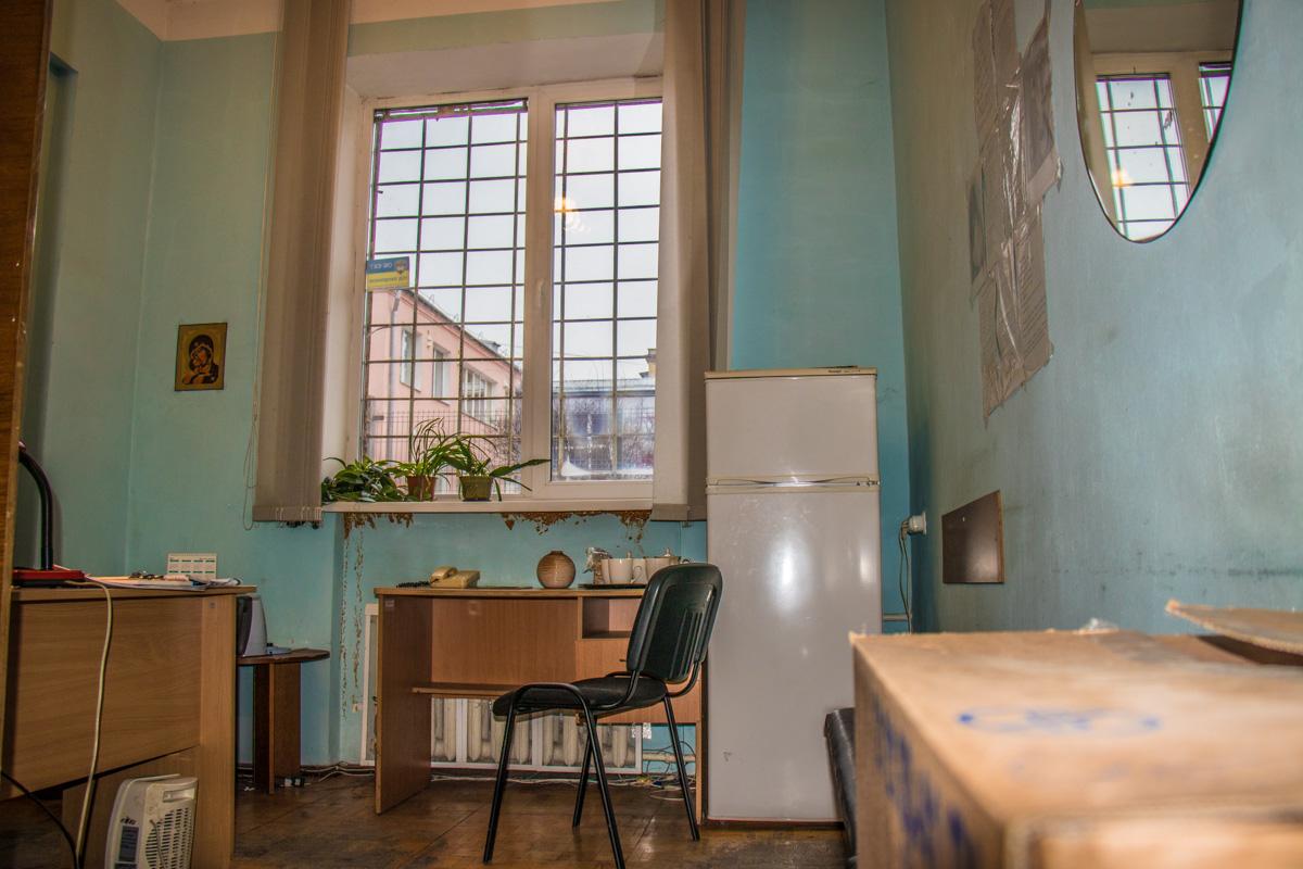 В маленькой комнатке бездомным приготовят чай