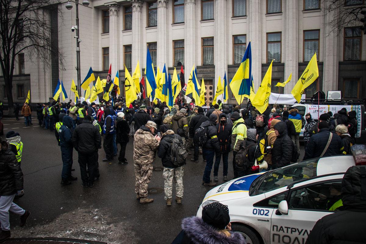 Под стенами Рады собрались около 100 человек