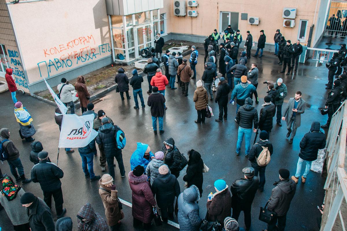 Толпе митингующих удалось пробраться ко входу в здание