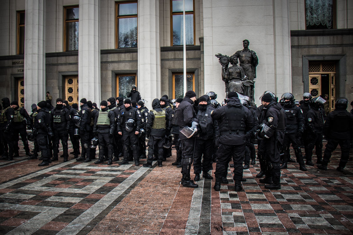 Под парламентом дежурят отряды силовиков и нацгвардейцев