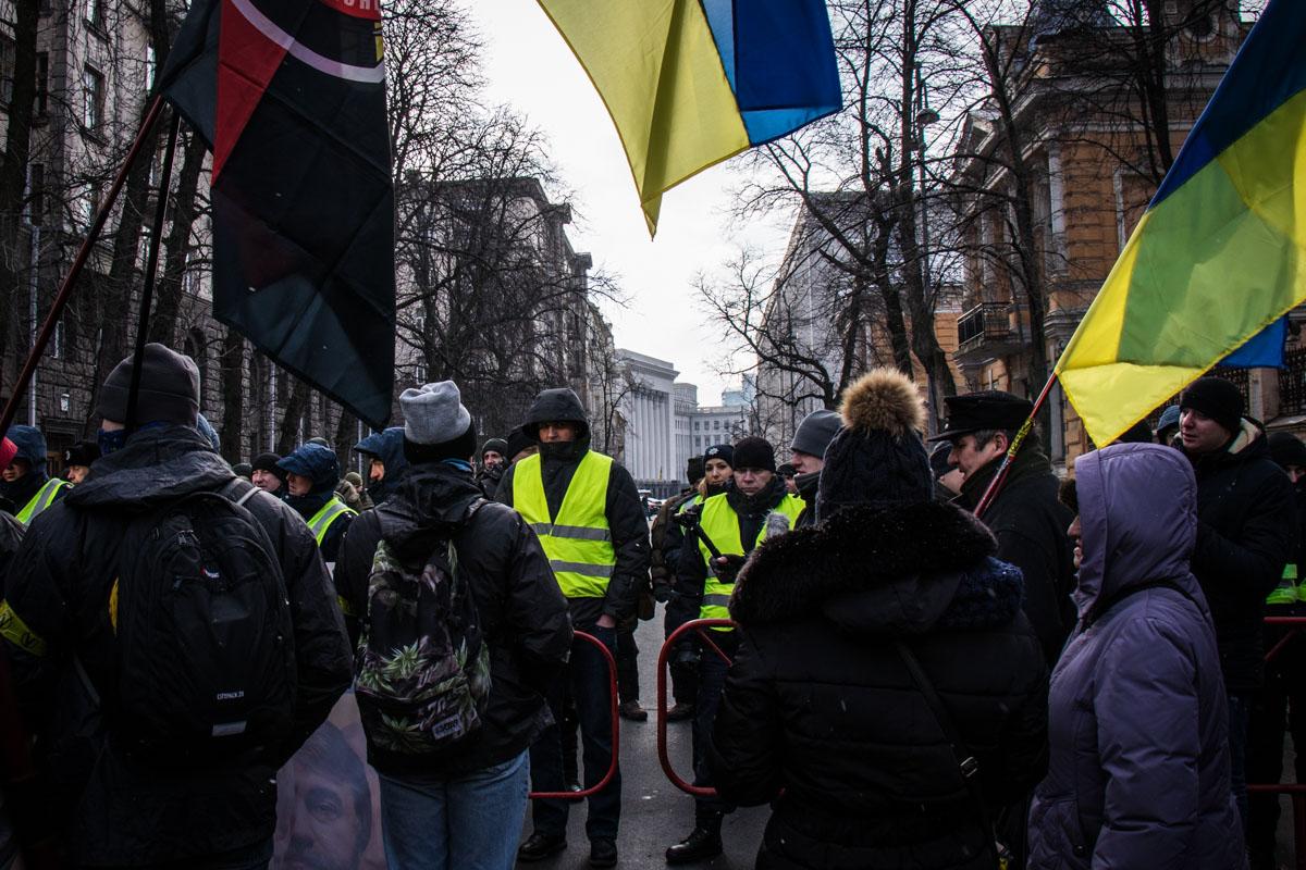 На улице Банковая шествие остановилось перед ограждением