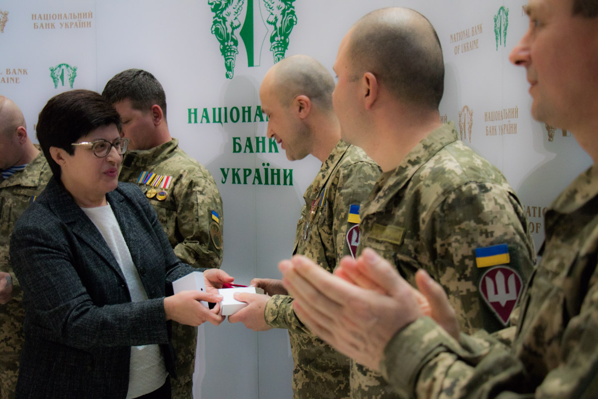 Первыми монеты получили защитники Донецкого аэропорта