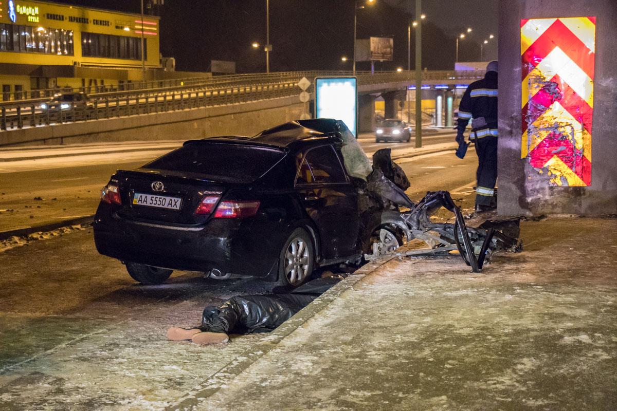 Toyota Camry влетела в опору Моста Метро