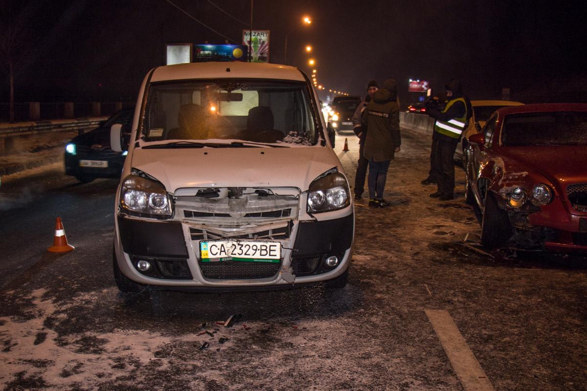 Автомобили стояли в пробке из-за ДТП впереди