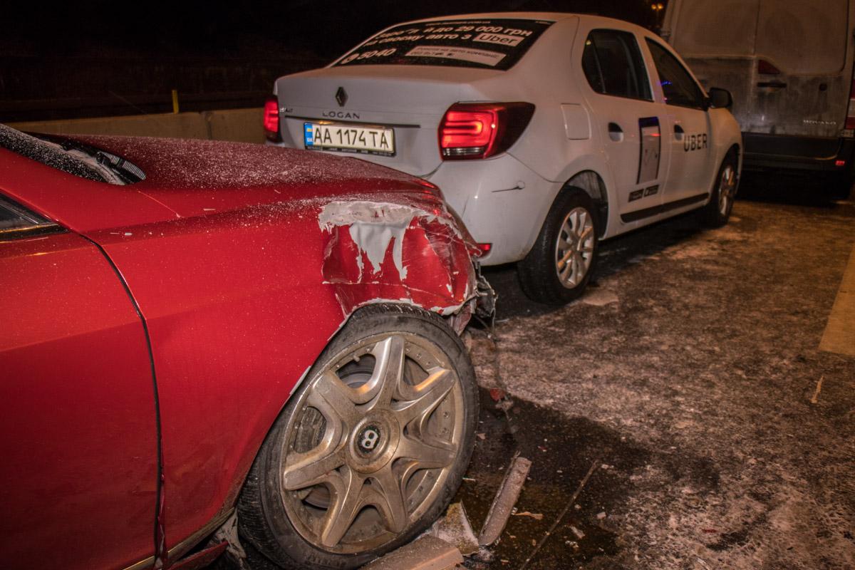 За рулем Renault Logan был таксист Uber