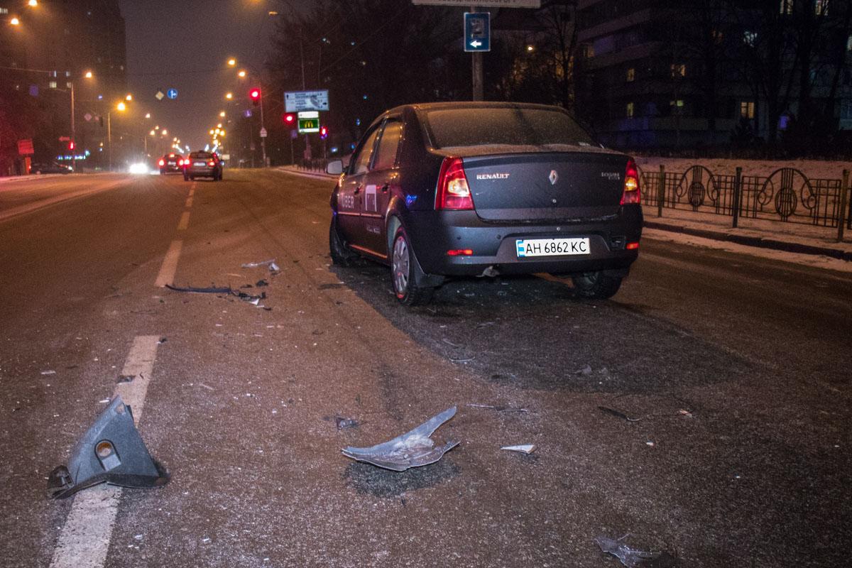 За рулем Renault Logan был водитель службы такси
