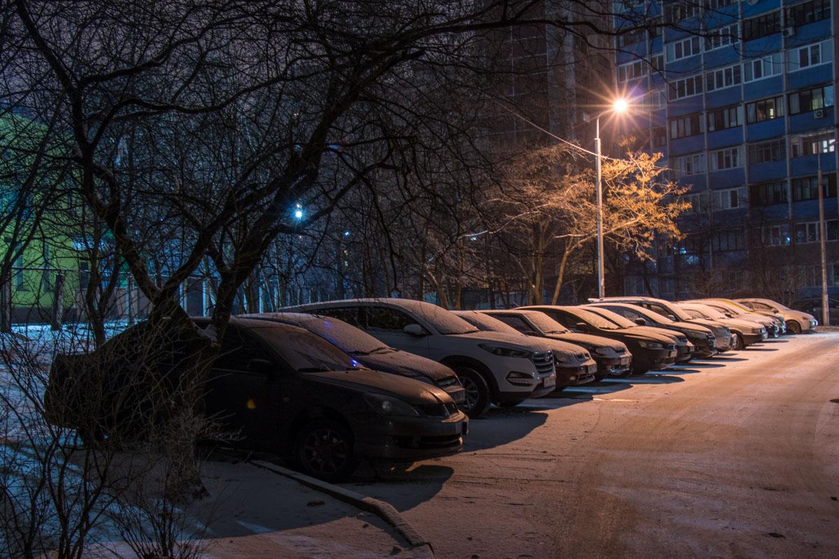 Ночью автомобили припорошило снегом