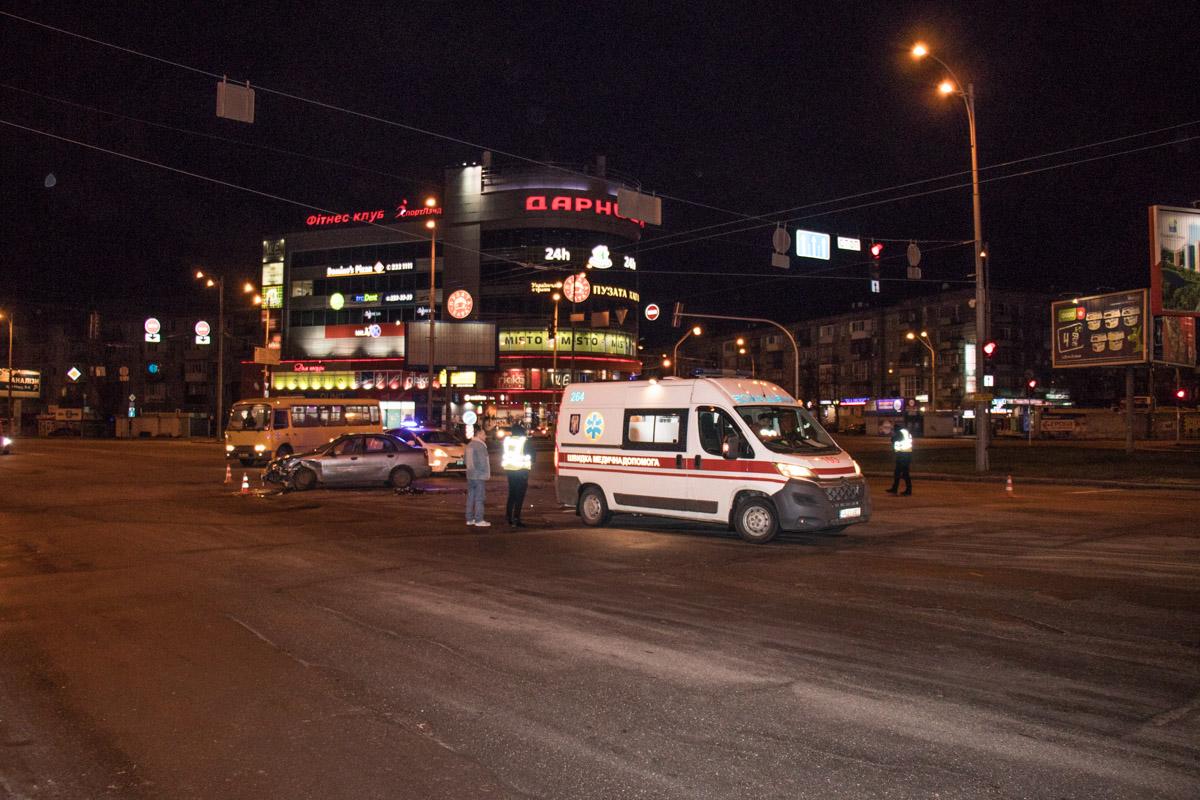 К месту столкновения прибыла бригада скорой помощи