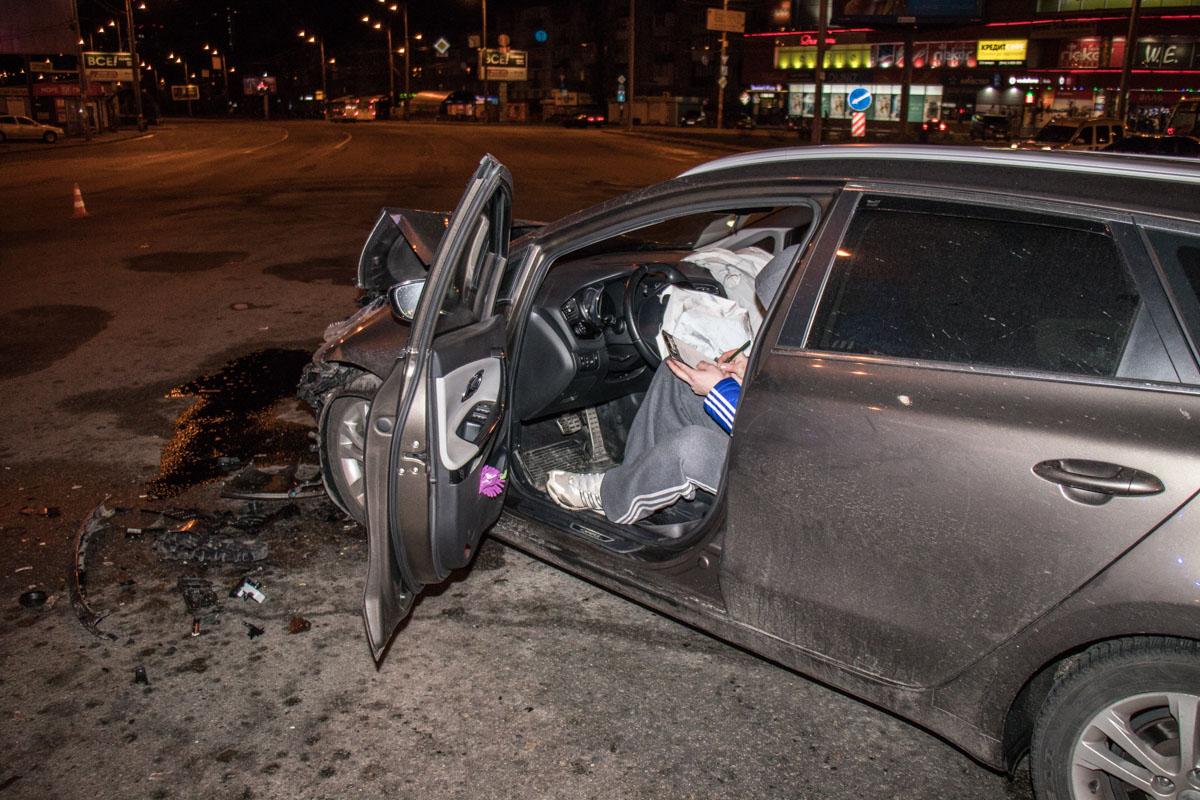 У Kia Ceed сильно повреждены фары, радиатор и капот