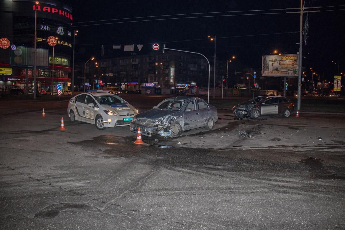 В результате столкновения оба автомобиля получили серьезные повреждения