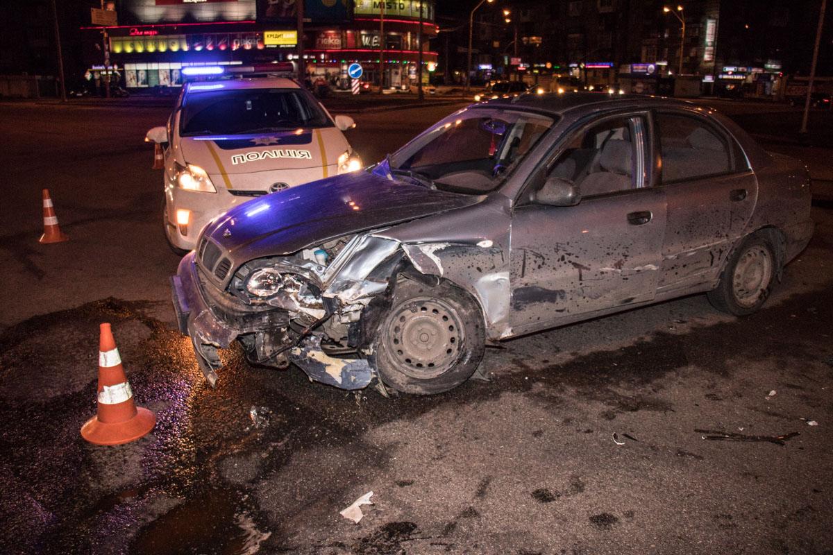 """По словам патрульных, на Дарницкой (Ленинградской) площади автомобиль проезжал на """"зеленый"""", когда в него врезалсяDaewoo Lanos"""