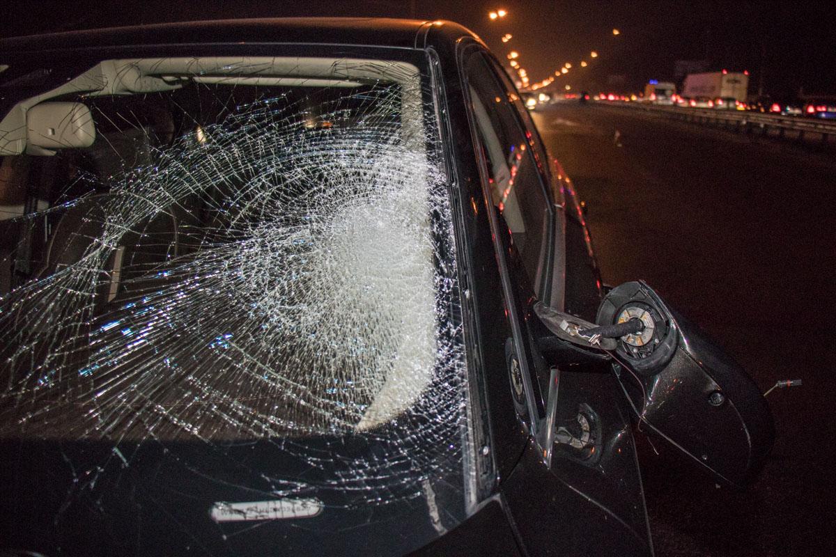 От удара разбилось лобовое стекло