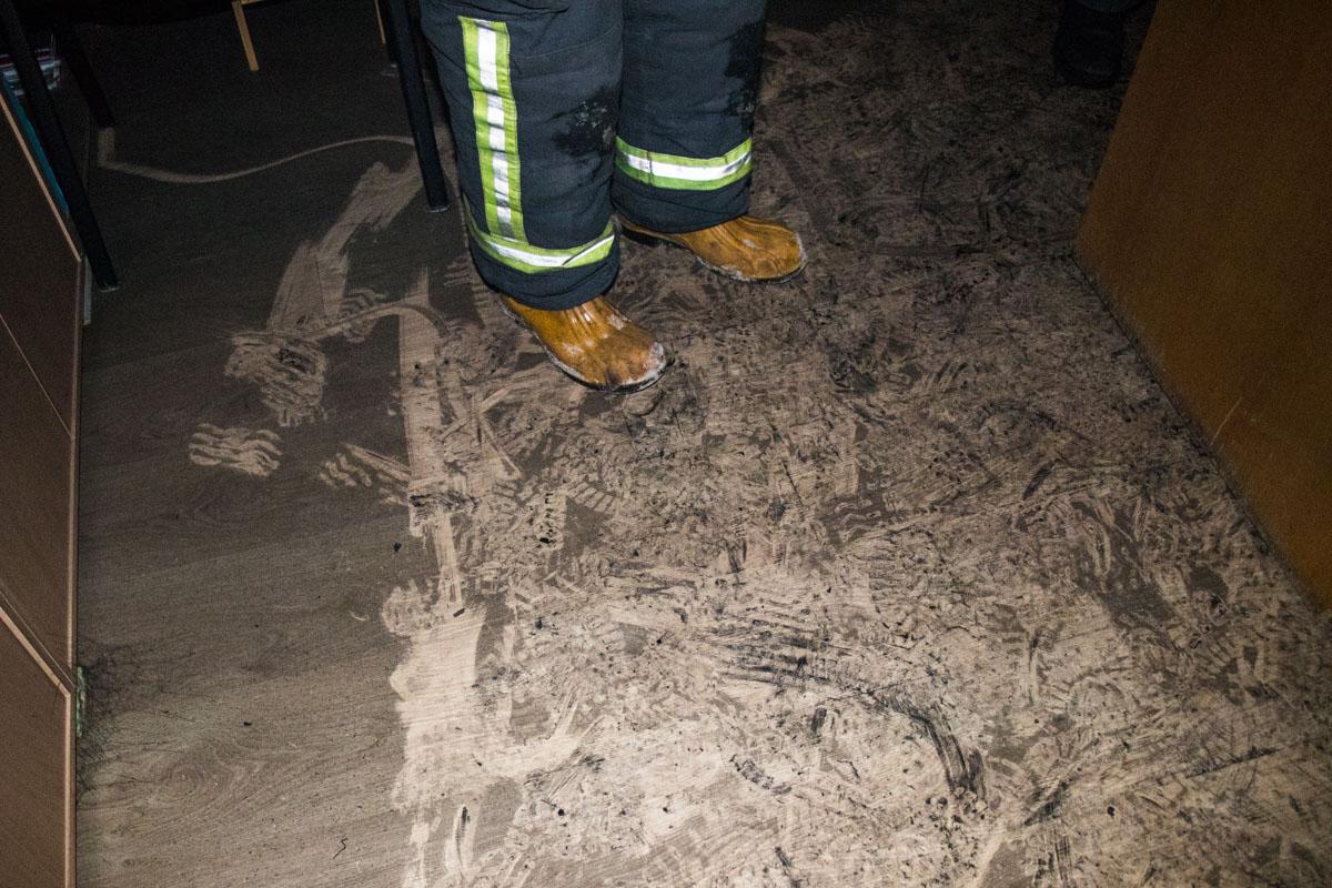 Следы пожара на полу кабинета