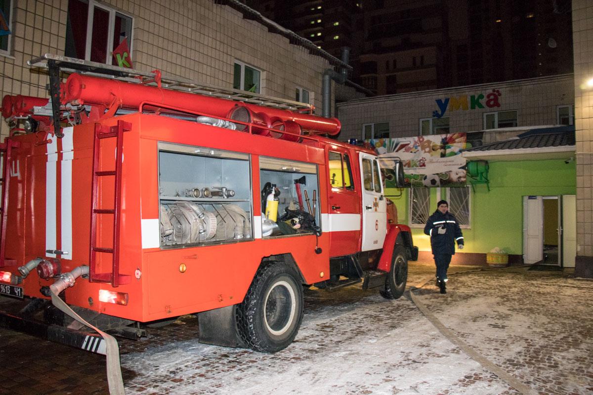 К месту пожара прибыли 2 пожарные машины