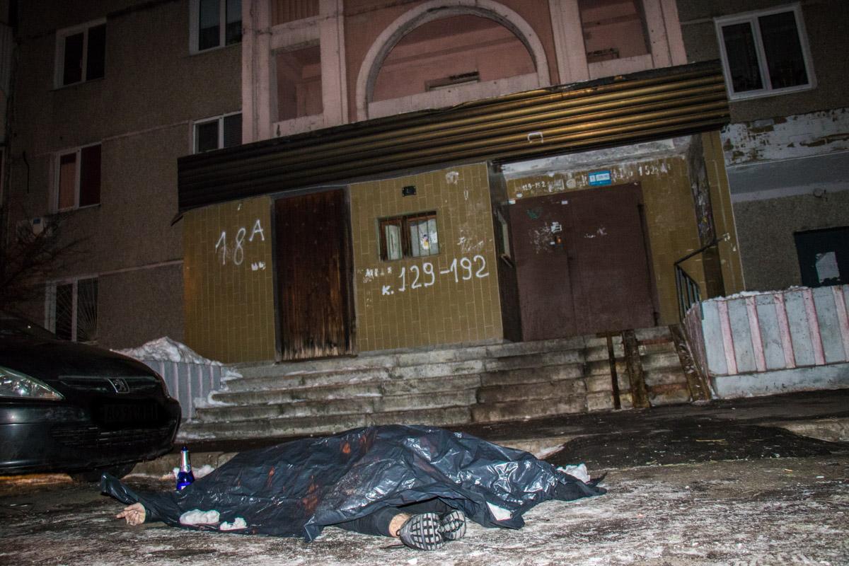 Труп парня обнаружили прямо у входа в третий подъезд на улице Радунская, 18а
