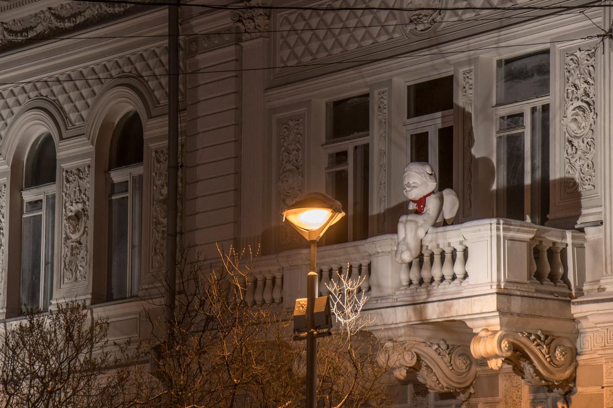 Скульптуры словно оживают в лучах искусственного света