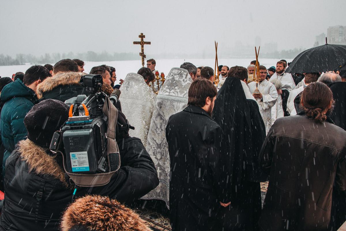 Посмотреть на обряд освящения пришли также журналисты