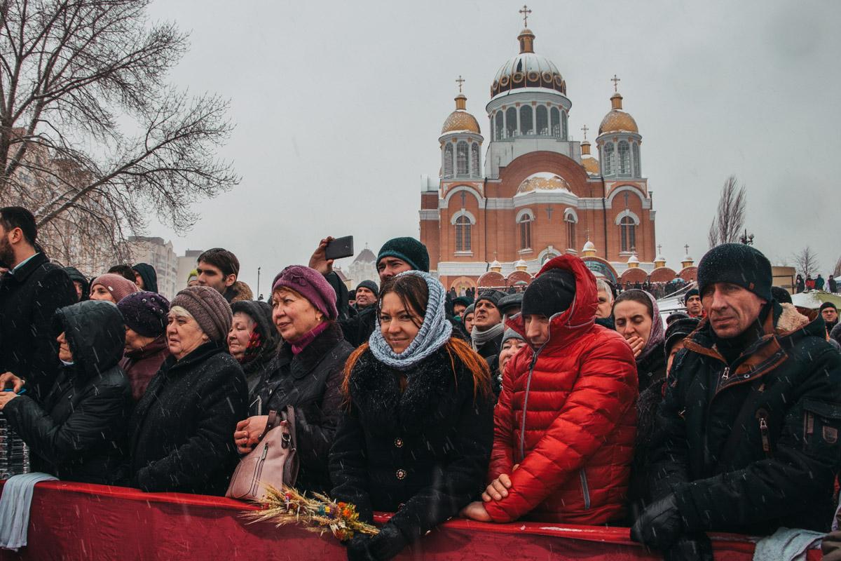 Посмотреть на митрополита на Оболонскую набережную пришли десятки людей