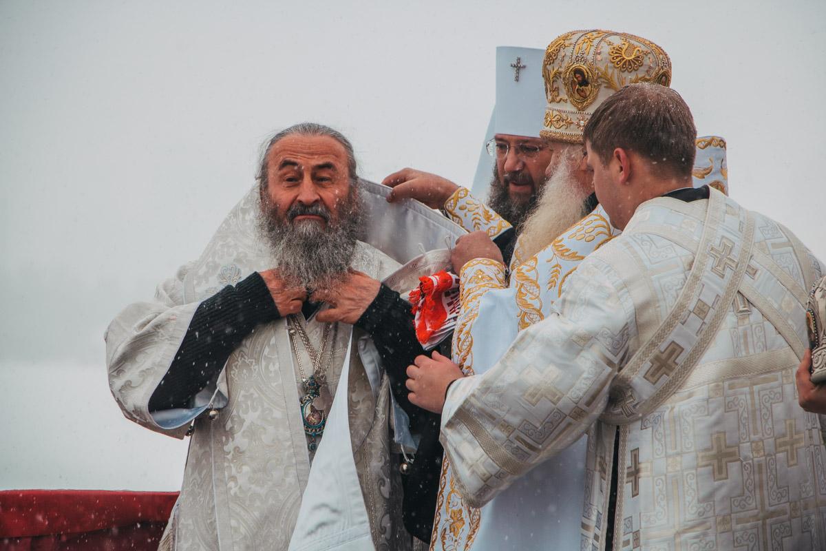 Митрополит Онуфрий надевает крест