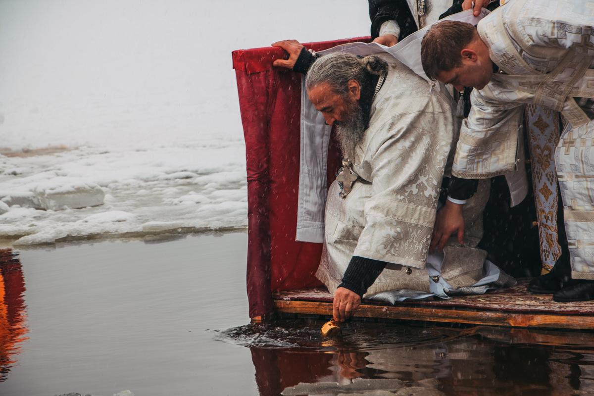Процесс освящения воды митрополитом