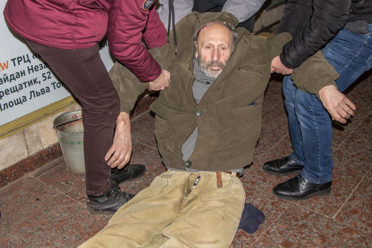 В метро Киева упал мужчина