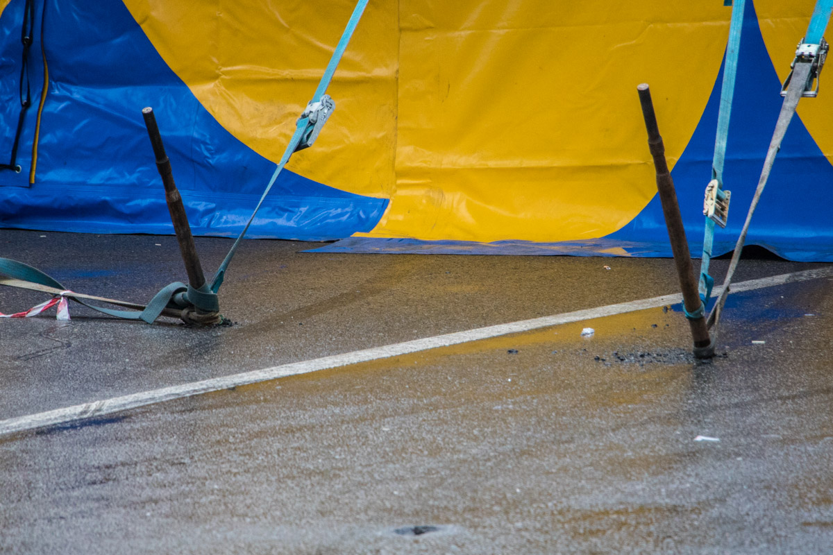 Небольшие дырки от кольев в скором времени могут превратиться в ямы на дороге
