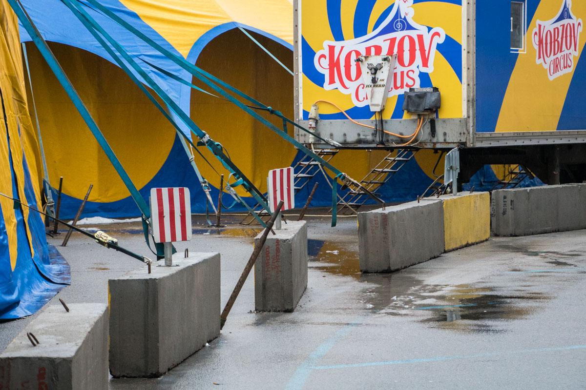 Колья удерживают цирковые шатры и образуют дыры в асфальте