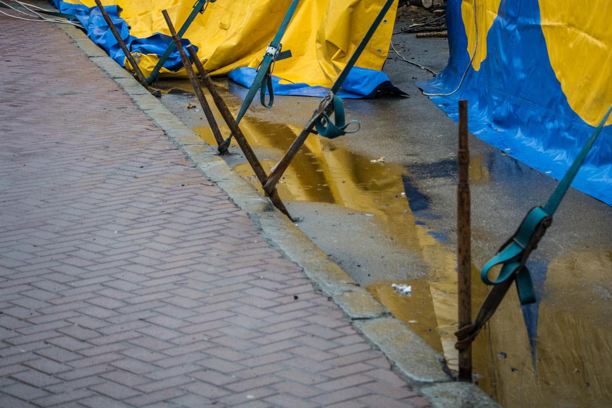 Пробоины образовались на пешеходной зоне