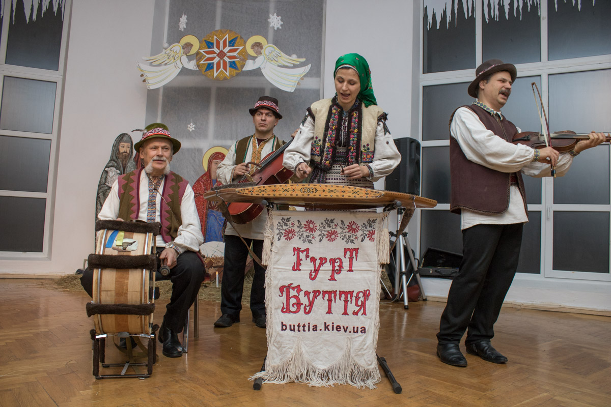 Гостей развлекали традиционными украинскими песнями