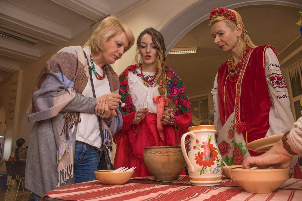 Девушки в украинских костюмах создали особую атмосферу на вечерницах