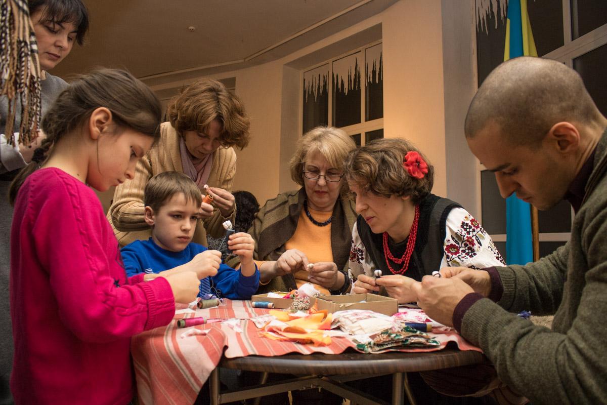 Детей учили создавать куклы-мотанки
