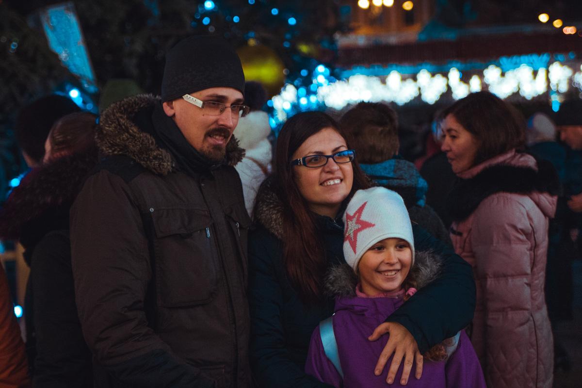 Многие пришли к главной елке целыми семьями