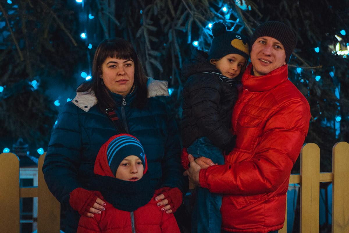 Семейное фото у елки
