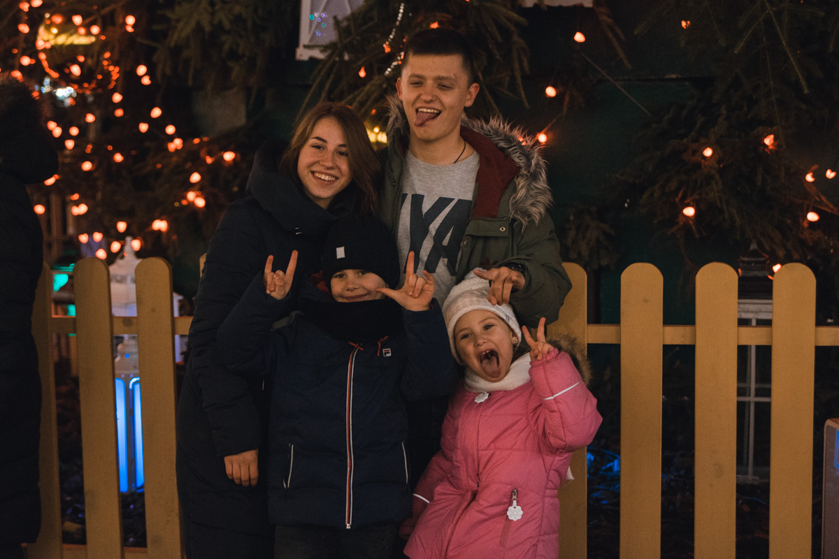 Веселые дети и родители