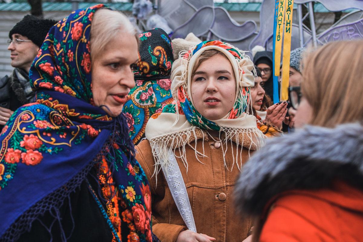 Многие женщины были в цветных платках