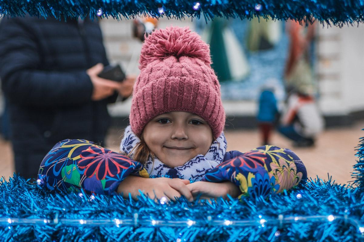 Яркие буквы - любимое место для фото маленьких киевлянок