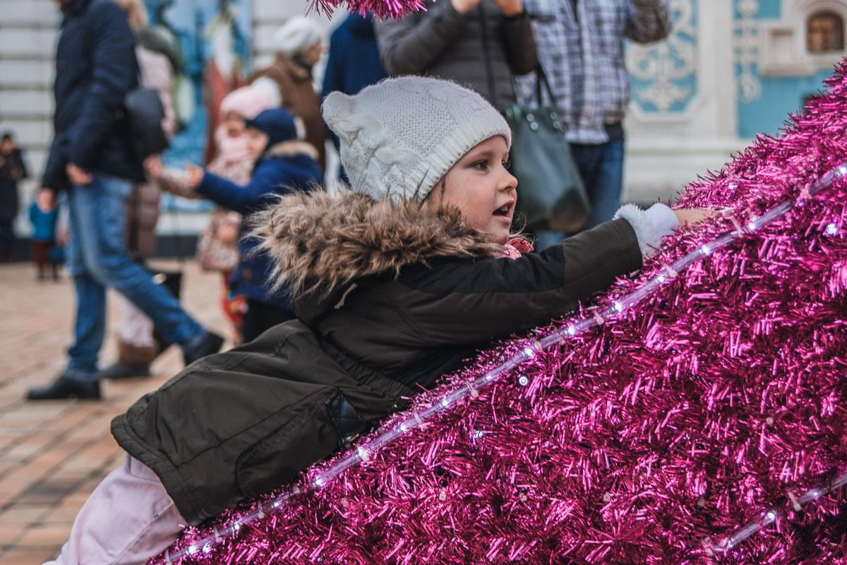 Почему бы и не полежать на праздничных декорациях