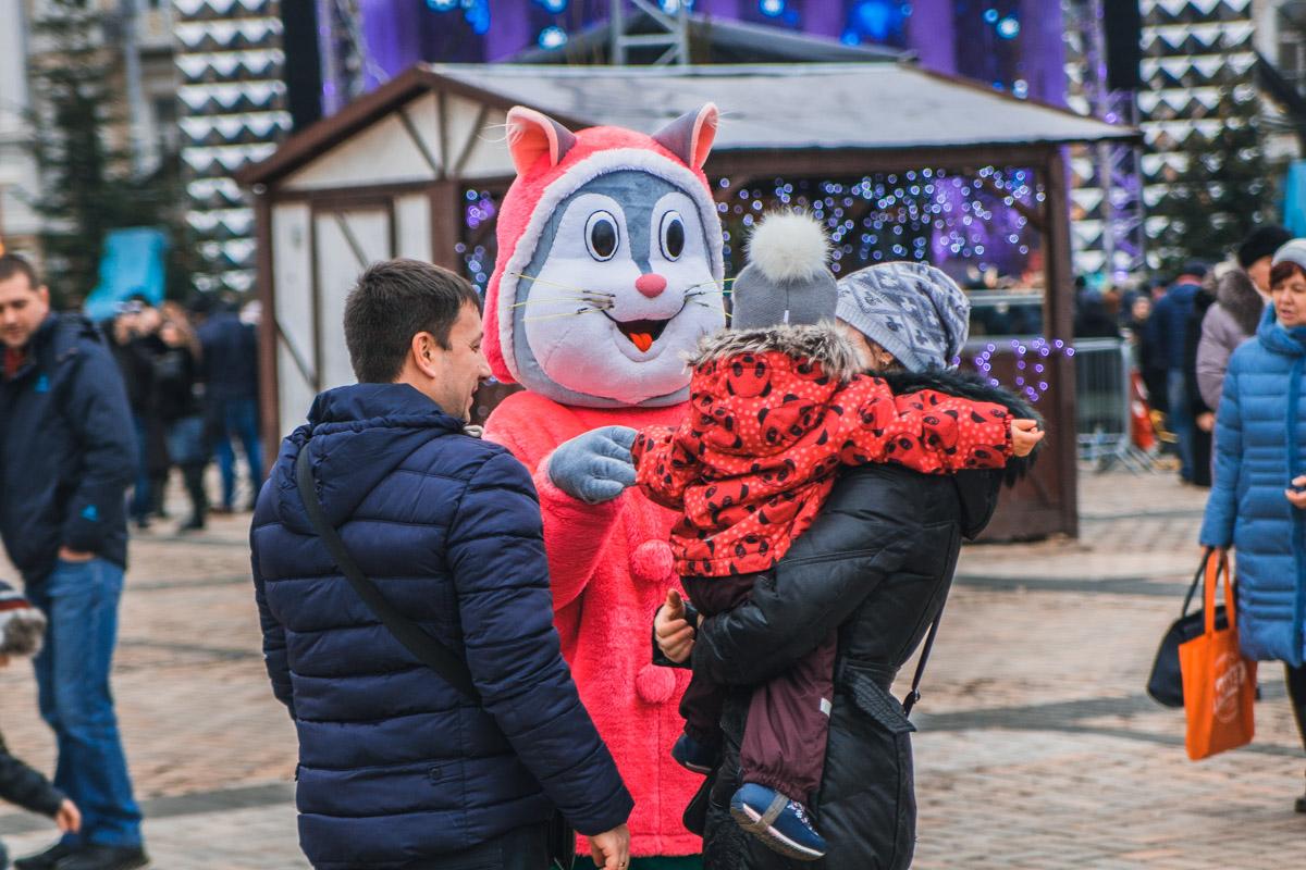 На площади гостей развлекали герои мультфильмов