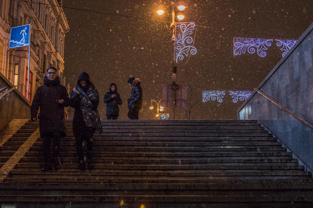 Киевляне спешат спрятаться от снегопада и мороза