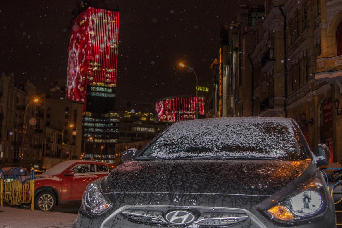 Снег покрыл не только дорожные покрытия, но и машины