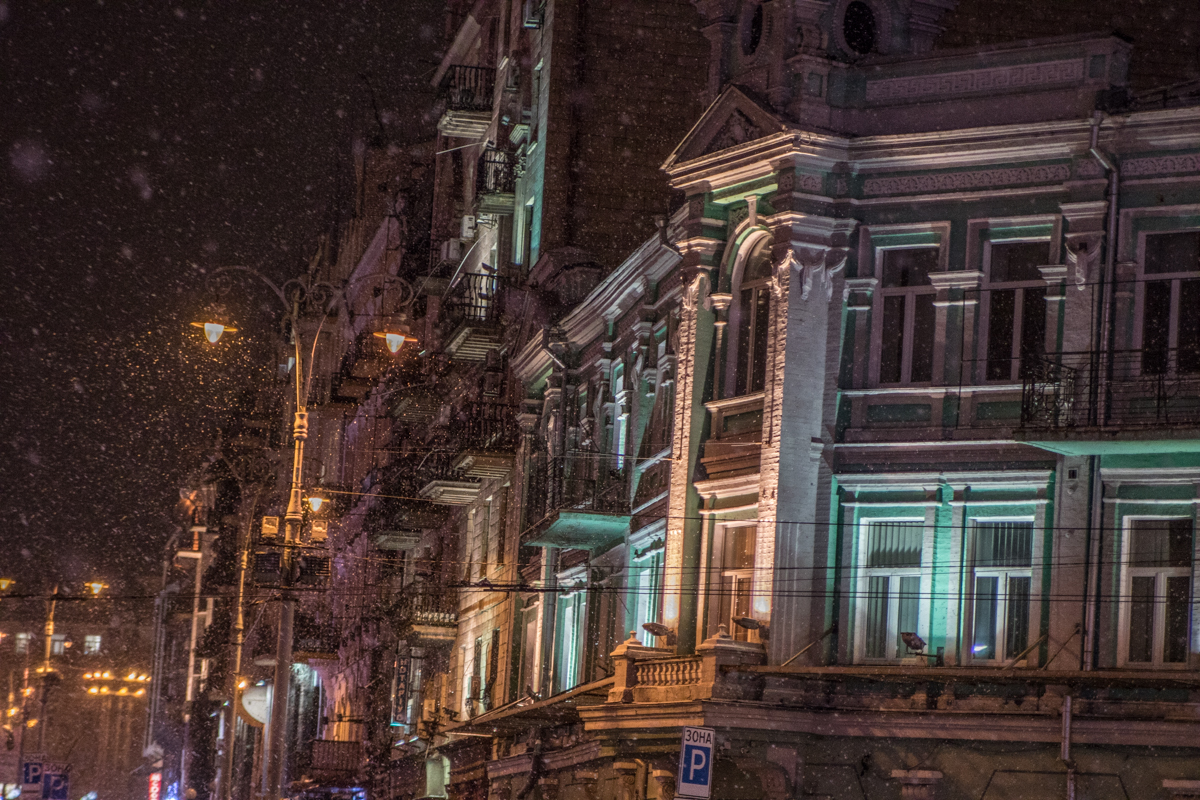 Под покровом ночи и в свете фонарей заснеженный Киев преображается