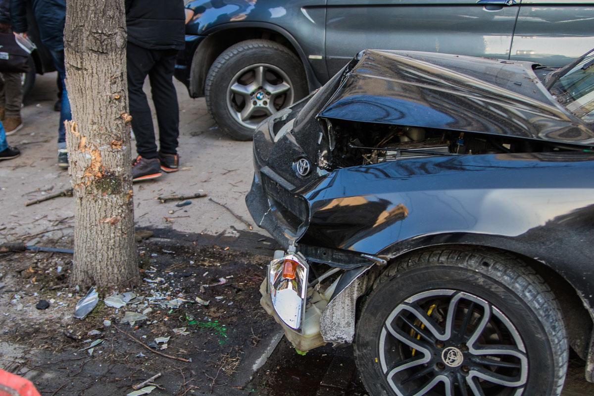Водитель Toyota въехал в дерево