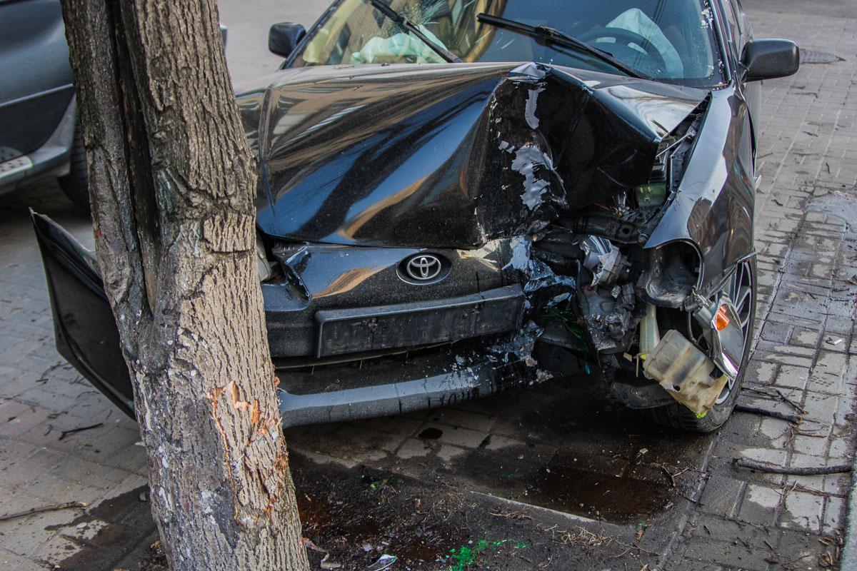 Передняя часть автомобиля сильно разбита