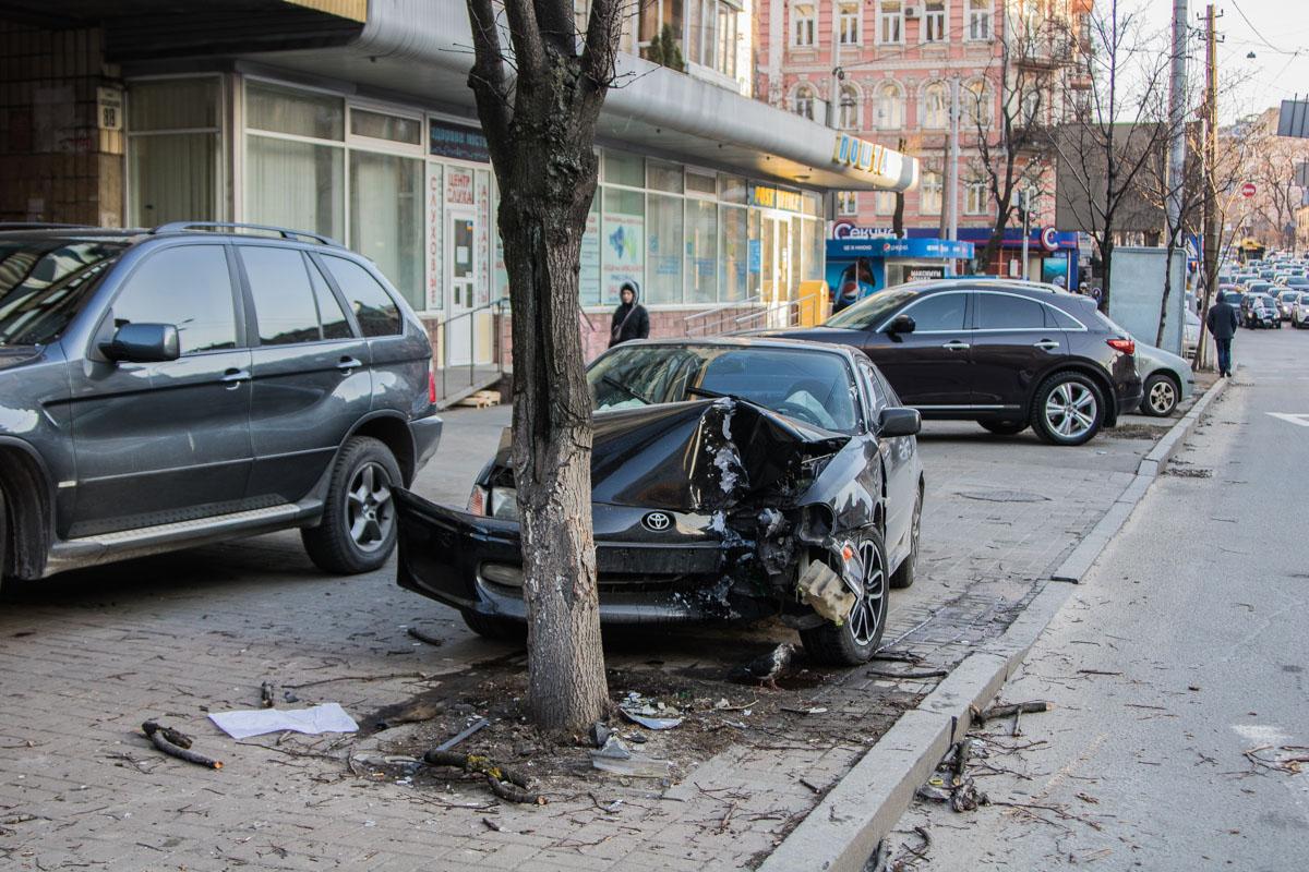 По всей дороге раскиданы части дерева и автомобиля