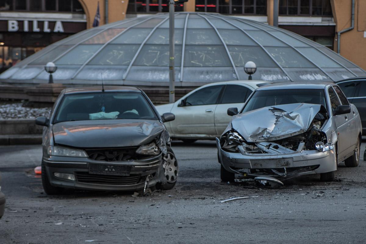 "Машины стоят напротив ТЦ ""Метроград"""