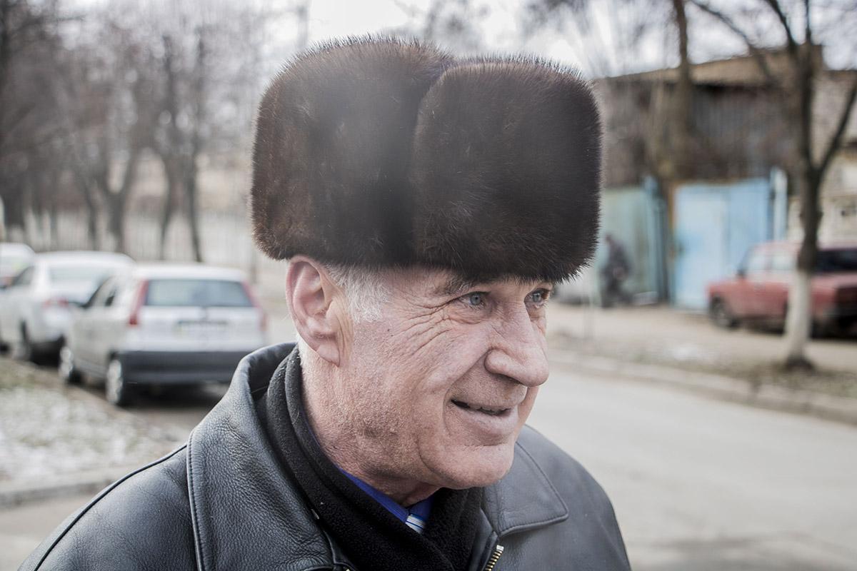 Михаил Петрович Остапчук принес свою елку на утилизацию