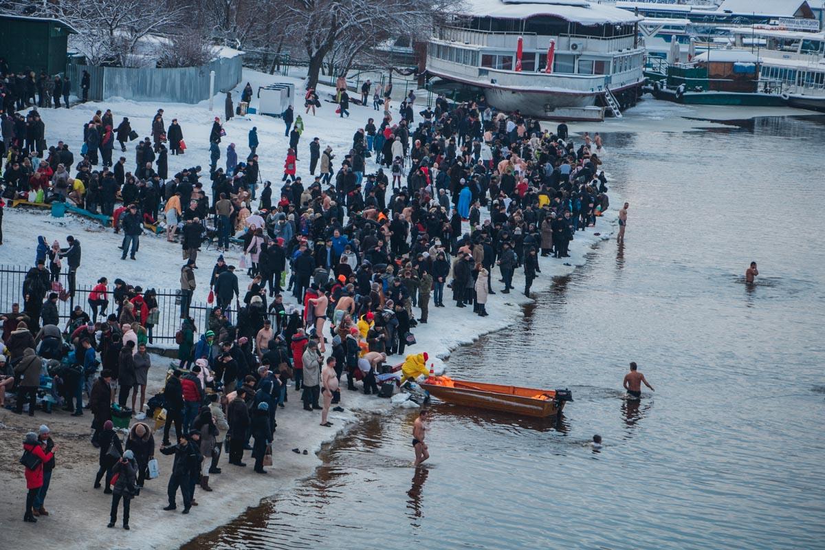 Окунуться в Днепре пришли сотни киевлян