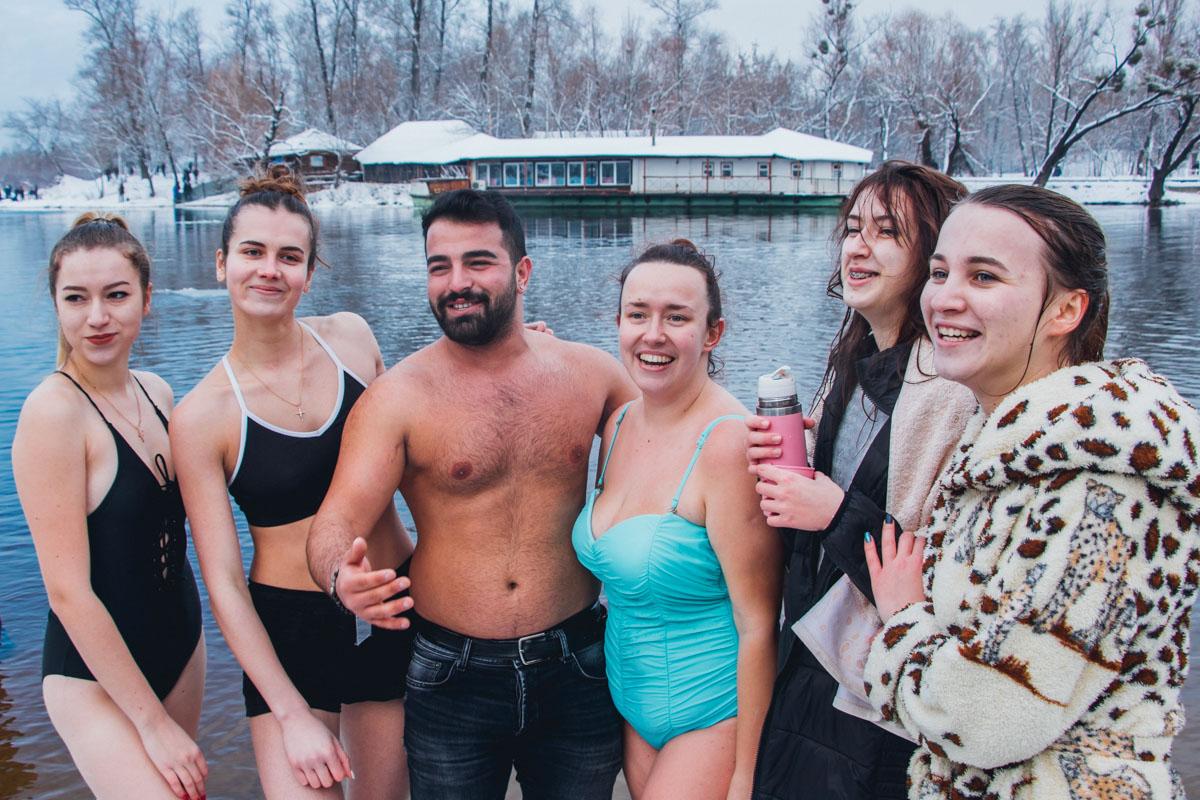 После купаний многие делали совместные фото