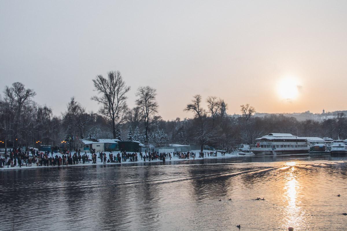 Гидропарк стал популярным местом для зимних купаний среди киевлян