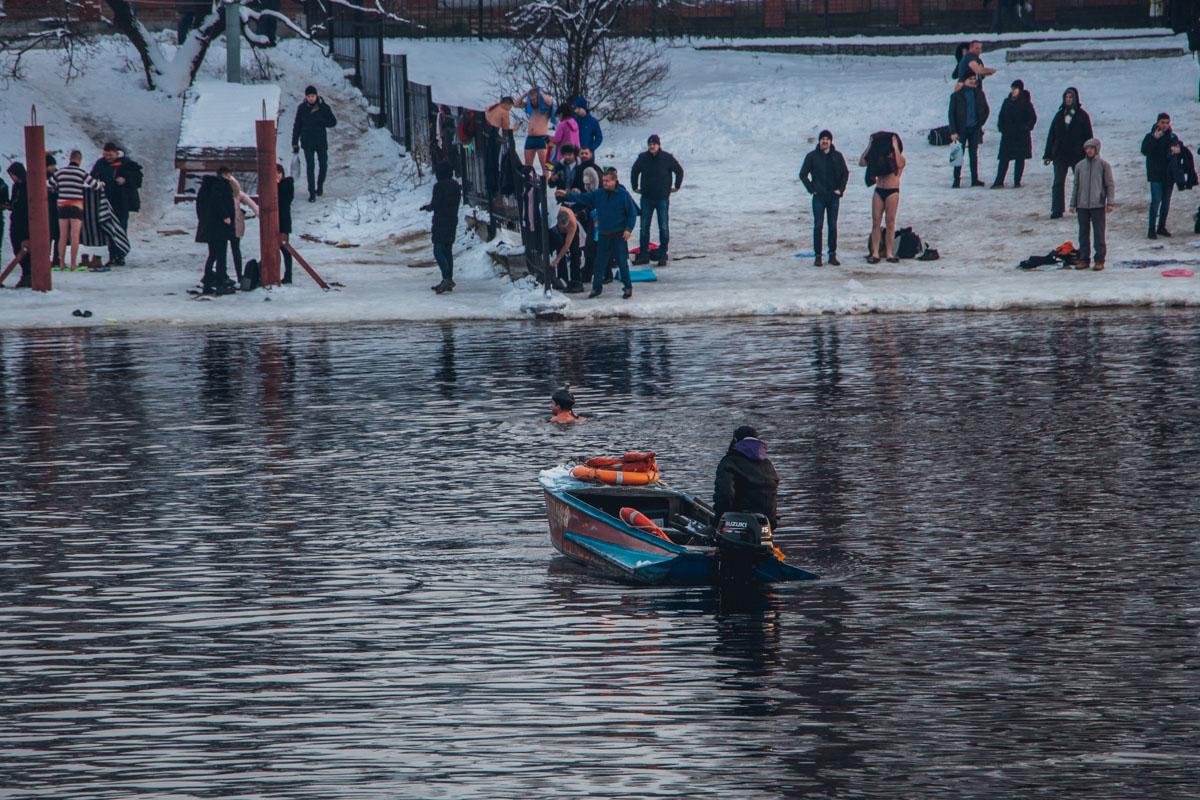 На воде за порядком следили спасатели